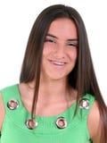 Muchacha adolescente hermosa con las paréntesis que desgastan de la sonrisa Imágenes de archivo libres de regalías