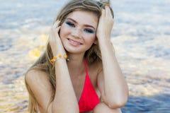 Muchacha adolescente hermosa con las pecas sobre su cara Fotografía de archivo libre de regalías