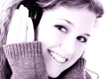 Muchacha adolescente hermosa con los auriculares Imagen de archivo libre de regalías