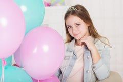 Muchacha adolescente hermosa con los globos azules y rosados Fotos de archivo libres de regalías