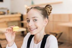 Muchacha adolescente hermosa con los macarrones Fotos de archivo