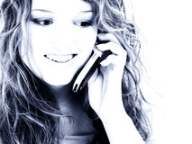 Muchacha adolescente hermosa de dieciséis años en el teléfono celular fotos de archivo