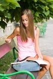 Muchacha adolescente hermosa del estudiante. Foto de archivo libre de regalías