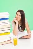 Muchacha adolescente hermosa del estudiante con la tableta y los libros Fotos de archivo