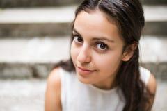 Muchacha adolescente hermosa del estudiante que se sienta en los pasos de piedra Imágenes de archivo libres de regalías