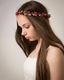 Muchacha adolescente hermosa del hippie en top del blanco Imagenes de archivo