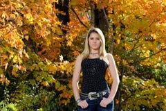 Muchacha adolescente hermosa del país entre follaje de caída Imágenes de archivo libres de regalías