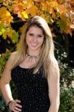 Muchacha adolescente hermosa del país entre follaje de caída Imagen de archivo libre de regalías
