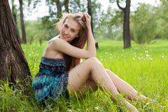 Muchacha adolescente hermosa en alineada azul en el prado Imagen de archivo