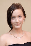 Muchacha adolescente hermosa en alineada y joyería negras Fotos de archivo