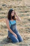 Muchacha adolescente hermosa en campo con la paja Fotografía de archivo libre de regalías
