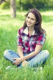 Muchacha adolescente hermosa en el parque   Imagenes de archivo