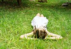 Muchacha adolescente hermosa en el vestido blanco que miente en hierba verde Retrato del estilo de Boho Imagenes de archivo