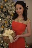 Muchacha adolescente hermosa en el vestido rojo elegante Imágenes de archivo libres de regalías