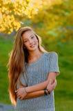 Muchacha adolescente hermosa en la caída del otoño Imagenes de archivo
