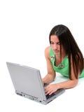 Muchacha adolescente hermosa en la computadora portátil imagen de archivo libre de regalías