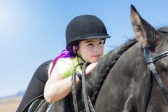 Muchacha adolescente hermosa en la granja con su caballo Foto de archivo libre de regalías