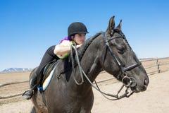 Muchacha adolescente hermosa en la granja con su caballo Imagenes de archivo