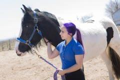 Muchacha adolescente hermosa en la granja con su caballo Fotografía de archivo libre de regalías