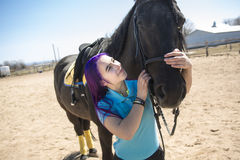 Muchacha adolescente hermosa en la granja con su caballo Fotografía de archivo