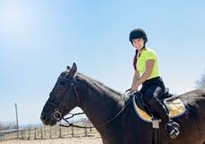 Muchacha adolescente hermosa en la granja con su caballo Imagen de archivo libre de regalías