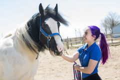 Muchacha adolescente hermosa en la granja con su caballo Fotos de archivo libres de regalías