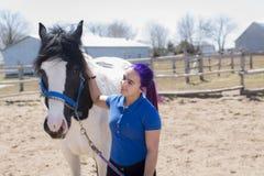 Muchacha adolescente hermosa en la granja con su caballo Imágenes de archivo libres de regalías