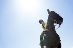 Muchacha adolescente hermosa en la granja con su caballo Fotos de archivo