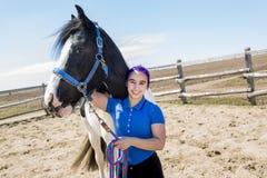 Muchacha adolescente hermosa en la granja con su caballo Imagen de archivo