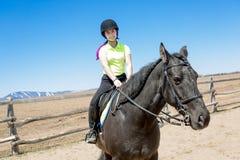 Muchacha adolescente hermosa en la granja con su caballo Foto de archivo