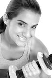 Muchacha adolescente hermosa en ropa del entrenamiento con los pesos Fotos de archivo
