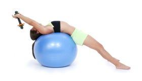 Muchacha adolescente hermosa en ropa del entrenamiento en bola del ejercicio Imagen de archivo libre de regalías