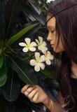 Muchacha adolescente hermosa en top sin mangas negro con el árbol del plumeria Retrato del estilo de Boho Imágenes de archivo libres de regalías
