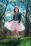 Muchacha adolescente hermosa en un parque de la primavera Fotos de archivo