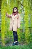 Muchacha adolescente hermosa en un parque de la primavera Imagen de archivo libre de regalías