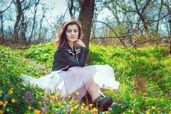 Muchacha adolescente hermosa en un parque de la primavera Fotografía de archivo