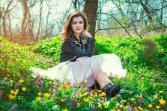 Muchacha adolescente hermosa en un parque de la primavera Fotografía de archivo libre de regalías