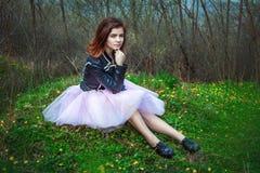 Muchacha adolescente hermosa en un prado Imágenes de archivo libres de regalías