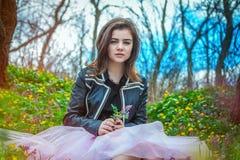 Muchacha adolescente hermosa en un prado Foto de archivo