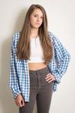 Muchacha adolescente hermosa en un top blanco y una camisa azul Foto de archivo libre de regalías