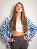 Muchacha adolescente hermosa en un top blanco y una camisa azul Imagen de archivo libre de regalías