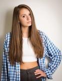 Muchacha adolescente hermosa en un top blanco y una camisa azul Imagen de archivo