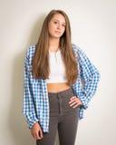 Muchacha adolescente hermosa en un top blanco y una camisa azul Fotografía de archivo