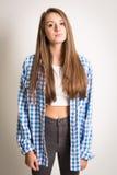 Muchacha adolescente hermosa en un top blanco y una camisa azul Imágenes de archivo libres de regalías