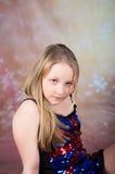Muchacha adolescente hermosa en vestido de fiesta con los tacones altos Imagenes de archivo