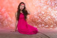 Muchacha adolescente hermosa en vestido rojo Fotos de archivo