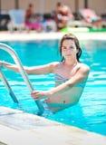 Muchacha adolescente hermosa feliz que sonríe en la piscina Foto de archivo