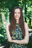 Muchacha adolescente hermosa joven en parque del verano Imágenes de archivo libres de regalías