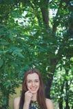 Muchacha adolescente hermosa joven en parque del verano Imagenes de archivo
