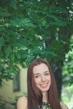 Muchacha adolescente hermosa joven en parque del verano Imagen de archivo